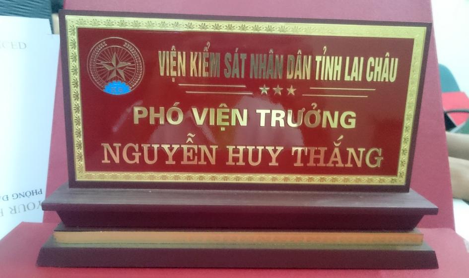 biển chức danh đồng 2 măt viện kiểm sát nhân dân tỉnh Lai Châu