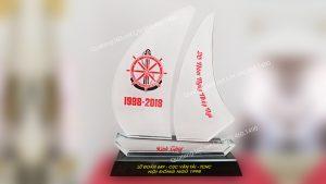 kỷ niệm chương pha lê hình chiếc thuyền