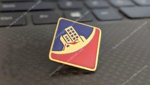 huy hiệu mạ vàng hình vuông